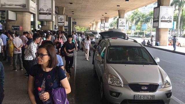 Biển người đón Việt kiều về quê ăn Tết ở sân bay Tân Sơn Nhất - Ảnh 14.