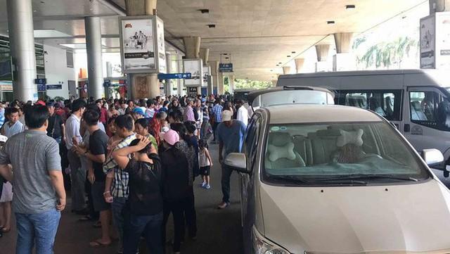 Biển người đón Việt kiều về quê ăn Tết ở sân bay Tân Sơn Nhất - Ảnh 16.