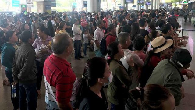 Biển người đón Việt kiều về quê ăn Tết ở sân bay Tân Sơn Nhất - Ảnh 17.