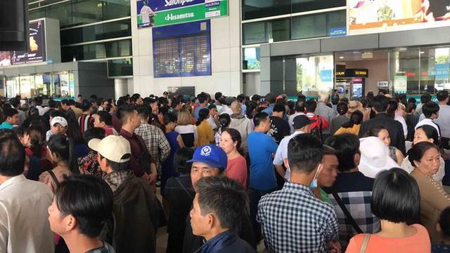 Biển người đón Việt kiều về quê ăn Tết ở sân bay Tân Sơn Nhất - Ảnh 3.