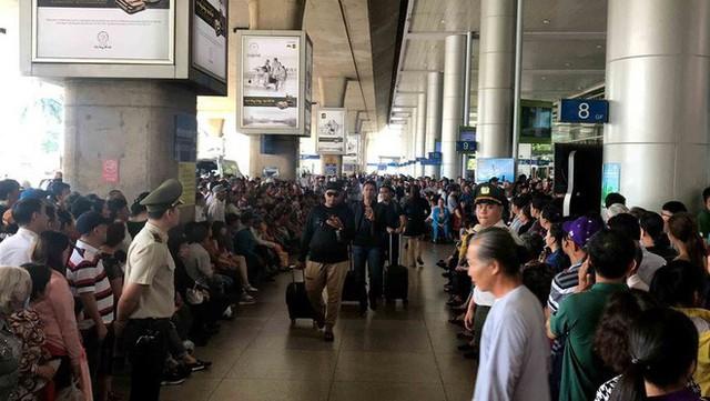 Biển người đón Việt kiều về quê ăn Tết ở sân bay Tân Sơn Nhất - Ảnh 4.