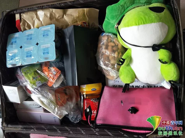 Chết cười với vali về quê của sinh viên: Mang một đống sách vở về học vì ngại đi chơi - Ảnh 4.