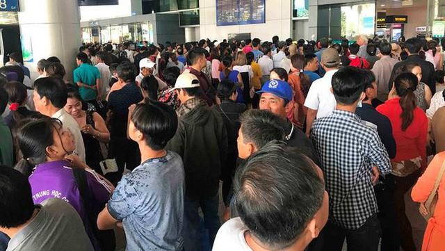 Biển người đón Việt kiều về quê ăn Tết ở sân bay Tân Sơn Nhất - Ảnh 5.