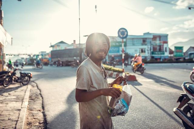 Nụ cười vô lo của người đàn ông lang thang khiến nhiều người cảm thấy bình yên: Dù giàu hay nghèo hãy luôn hạnh phúc với hiện tại - Ảnh 5.