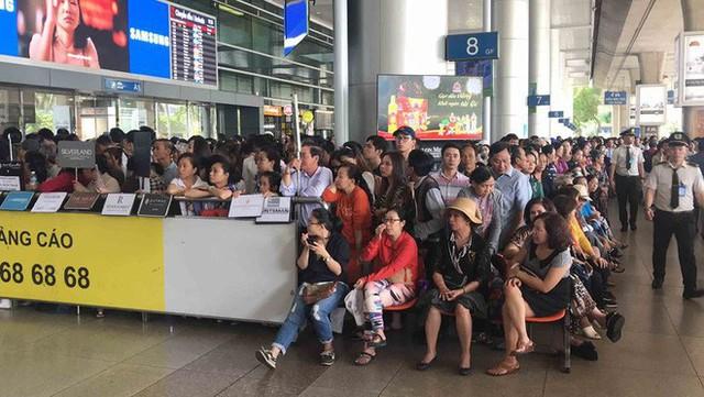 Biển người đón Việt kiều về quê ăn Tết ở sân bay Tân Sơn Nhất - Ảnh 6.