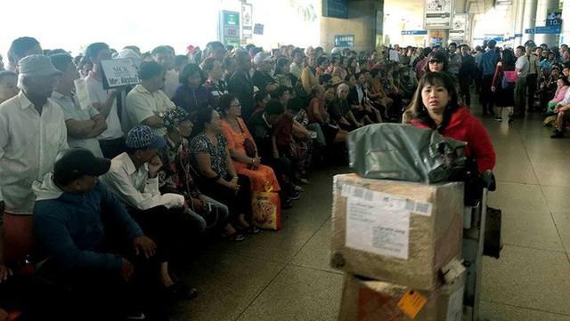 Biển người đón Việt kiều về quê ăn Tết ở sân bay Tân Sơn Nhất - Ảnh 7.