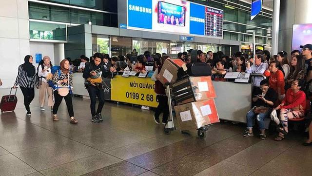 Biển người đón Việt kiều về quê ăn Tết ở sân bay Tân Sơn Nhất - Ảnh 8.