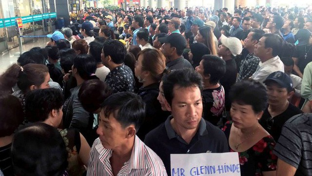 Biển người đón Việt kiều về quê ăn Tết ở sân bay Tân Sơn Nhất - Ảnh 9.