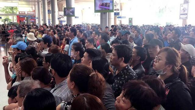 Biển người đón Việt kiều về quê ăn Tết ở sân bay Tân Sơn Nhất - Ảnh 10.