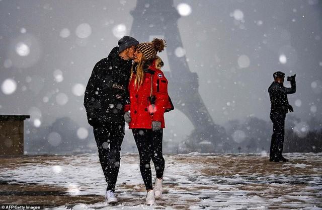 Paris đón tuyết đầu mùa sau nhiều tuần căng thẳng: Kẻ lãng mạn xuống phố, người cô đơn chống chọi giá rét - Ảnh 1.