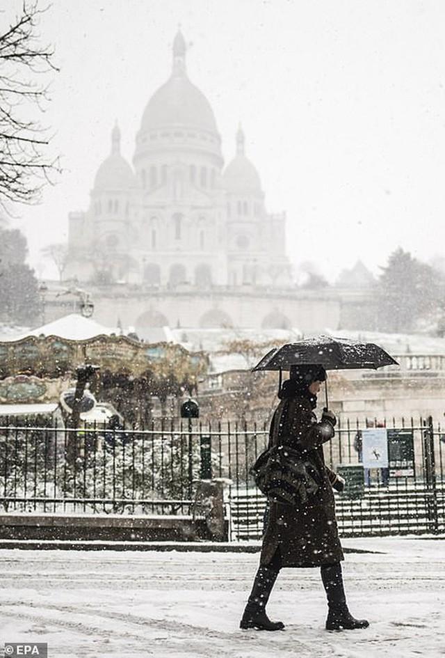 Paris đón tuyết đầu mùa sau nhiều tuần căng thẳng: Kẻ lãng mạn xuống phố, người cô đơn chống chọi giá rét - Ảnh 2.