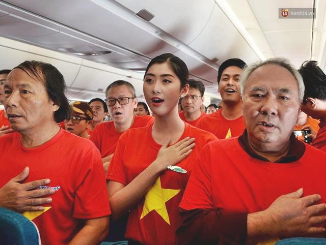Clip: Hơn 300 CĐV hát Quốc ca trên độ cao hơn 10.000m, một lòng hướng về ĐT Việt Nam trong trận tứ kết Asian Cup 2019 - Ảnh 2.