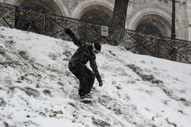 Paris đón tuyết đầu mùa sau nhiều tuần căng thẳng: Kẻ lãng mạn xuống phố, người cô đơn chống chọi giá rét - Ảnh 11.