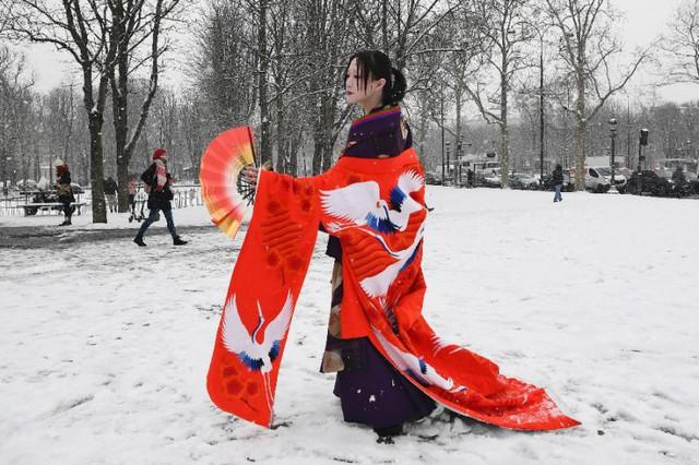Paris đón tuyết đầu mùa sau nhiều tuần căng thẳng: Kẻ lãng mạn xuống phố, người cô đơn chống chọi giá rét - Ảnh 12.