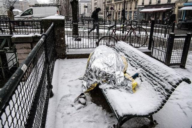 Paris đón tuyết đầu mùa sau nhiều tuần căng thẳng: Kẻ lãng mạn xuống phố, người cô đơn chống chọi giá rét - Ảnh 13.
