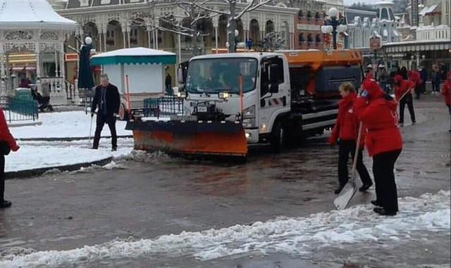 Paris đón tuyết đầu mùa sau nhiều tuần căng thẳng: Kẻ lãng mạn xuống phố, người cô đơn chống chọi giá rét - Ảnh 14.