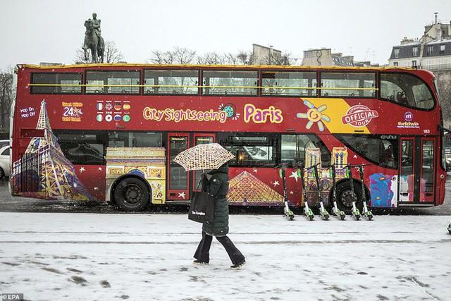 Paris đón tuyết đầu mùa sau nhiều tuần căng thẳng: Kẻ lãng mạn xuống phố, người cô đơn chống chọi giá rét - Ảnh 3.