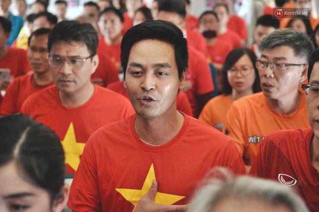 Clip: Hơn 300 CĐV hát Quốc ca trên độ cao hơn 10.000m, một lòng hướng về ĐT Việt Nam trong trận tứ kết Asian Cup 2019 - Ảnh 3.