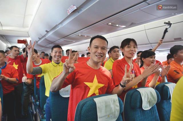 Clip: Hơn 300 CĐV hát Quốc ca trên độ cao hơn 10.000m, một lòng hướng về ĐT Việt Nam trong trận tứ kết Asian Cup 2019 - Ảnh 5.
