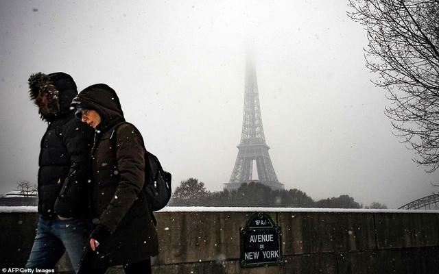 Paris đón tuyết đầu mùa sau nhiều tuần căng thẳng: Kẻ lãng mạn xuống phố, người cô đơn chống chọi giá rét - Ảnh 9.