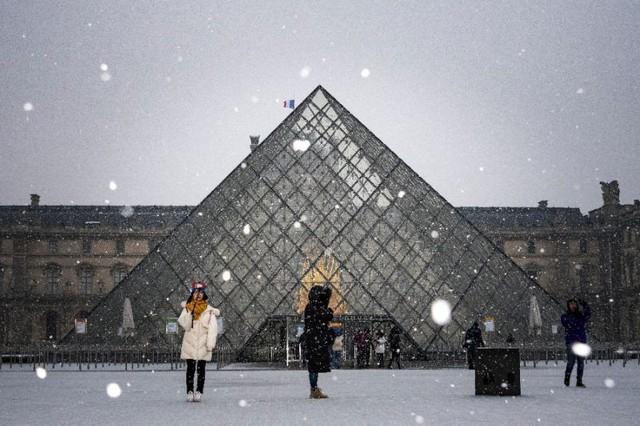 Paris đón tuyết đầu mùa sau nhiều tuần căng thẳng: Kẻ lãng mạn xuống phố, người cô đơn chống chọi giá rét - Ảnh 10.