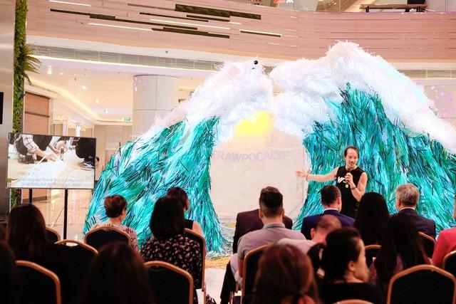 Triển lãm tác phẩm nghệ thuật bảo vệ môi trường làm từ 160.000 ống hút nhựa gom từ khắp các đường phố Việt Nam - Ảnh 1.