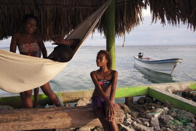 Cuộc sống đáng mơ ước nhưng đầy khổ ải tại hòn đảo chật nhất thế giới: rộng bằng 2 sân bóng đá nhưng mật độ dân siêu khủng - Ảnh 12.