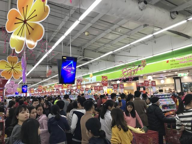 22h, các ông bố vẫn chật vật ôm con đứng khắp siêu thị - Ảnh 1.