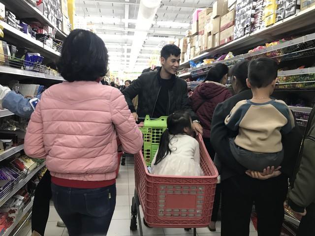 22h, các ông bố vẫn chật vật ôm con đứng khắp siêu thị - Ảnh 11.