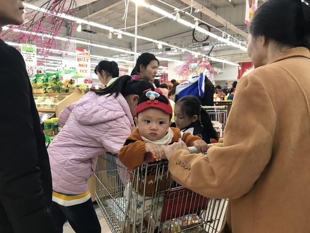 22h, các ông bố vẫn chật vật ôm con đứng khắp siêu thị - Ảnh 12.