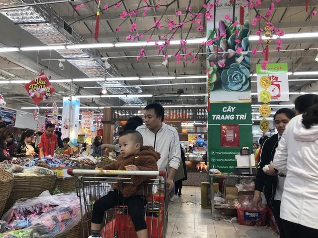 22h, các ông bố vẫn chật vật ôm con đứng khắp siêu thị - Ảnh 14.