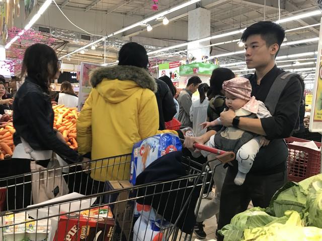 22h, các ông bố vẫn chật vật ôm con đứng khắp siêu thị - Ảnh 15.