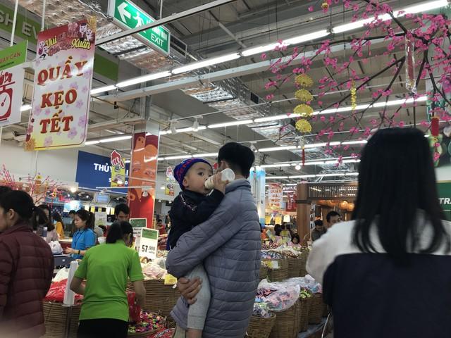 22h, các ông bố vẫn chật vật ôm con đứng khắp siêu thị - Ảnh 16.