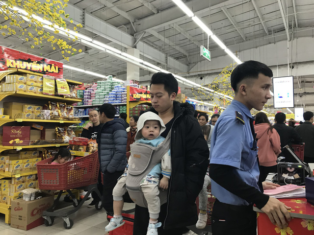 22h, các ông bố vẫn chật vật ôm con đứng khắp siêu thị - Ảnh 17.