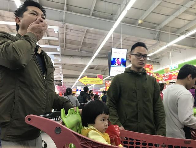 22h, các ông bố vẫn chật vật ôm con đứng khắp siêu thị - Ảnh 18.