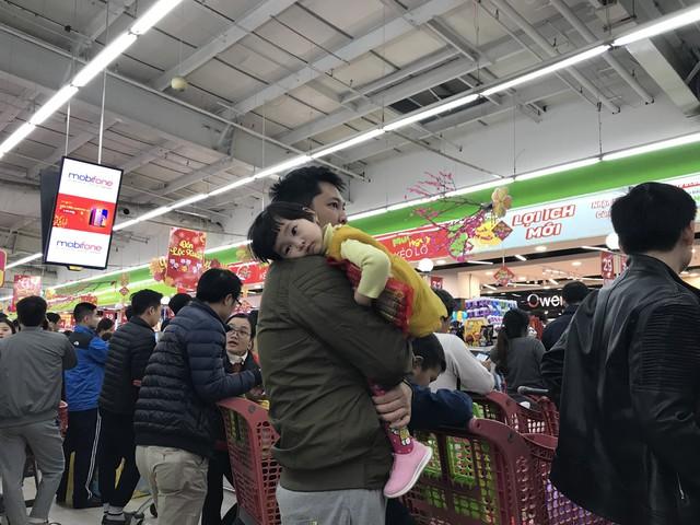 22h, các ông bố vẫn chật vật ôm con đứng khắp siêu thị - Ảnh 19.