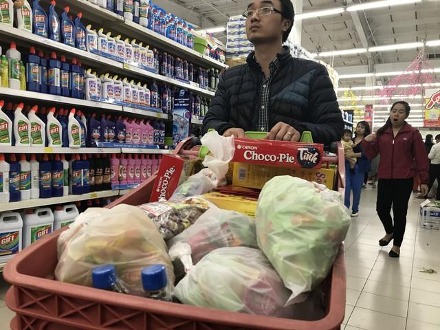 22h, các ông bố vẫn chật vật ôm con đứng khắp siêu thị - Ảnh 20.