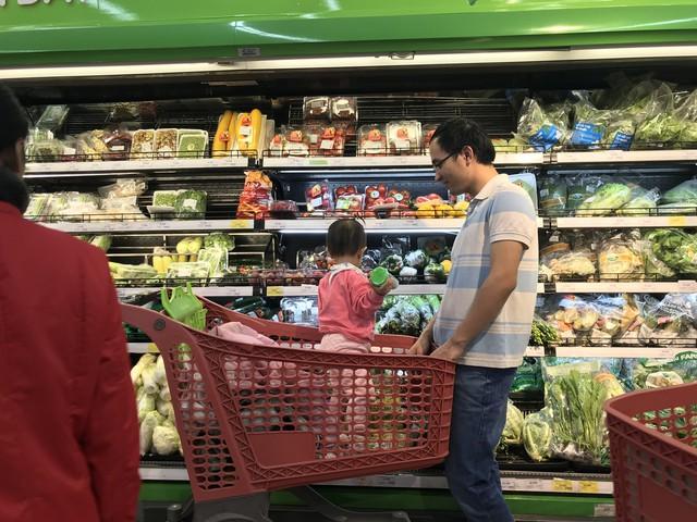 22h, các ông bố vẫn chật vật ôm con đứng khắp siêu thị - Ảnh 4.