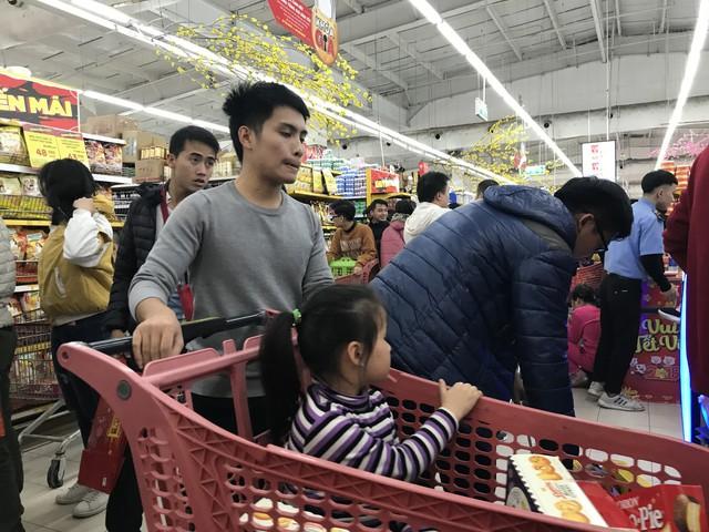 22h, các ông bố vẫn chật vật ôm con đứng khắp siêu thị - Ảnh 5.