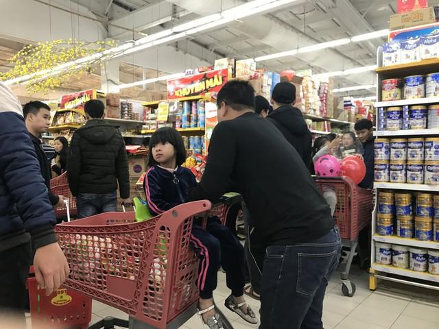22h, các ông bố vẫn chật vật ôm con đứng khắp siêu thị - Ảnh 6.