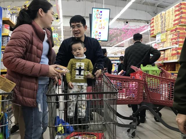 22h, các ông bố vẫn chật vật ôm con đứng khắp siêu thị - Ảnh 7.