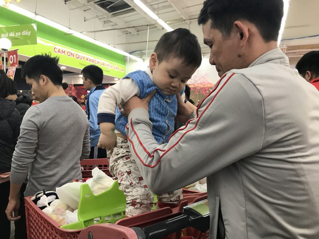 22h, các ông bố vẫn chật vật ôm con đứng khắp siêu thị - Ảnh 8.