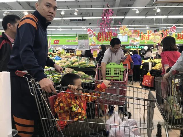 22h, các ông bố vẫn chật vật ôm con đứng khắp siêu thị - Ảnh 10.