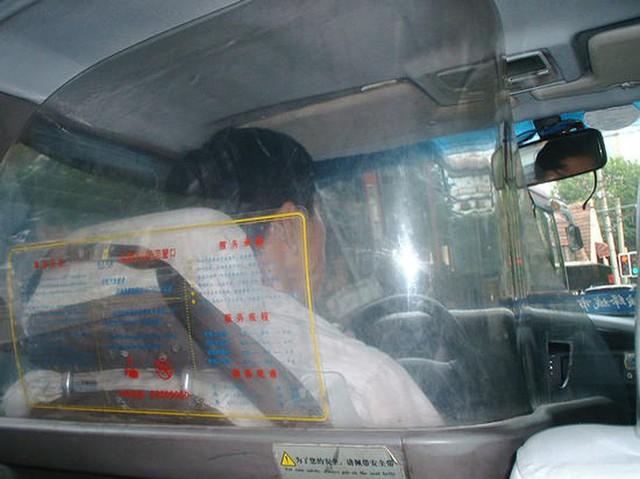 Cách những công ty taxi trên thế giới ngăn chặn tình trạng tài xế bị hành khách tấn công, cướp của - Ảnh 3.