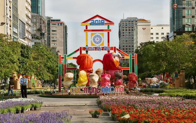 Cận cảnh đường hoa Nguyễn Huệ ở Sài Gòn trước giờ khai mạc đón Tết Kỷ Hợi 2019 - Ảnh 2.