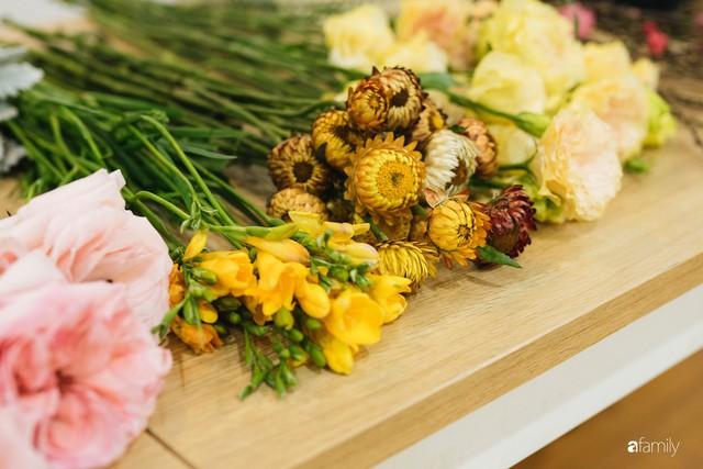 Mẹ 8x Hà Nội hướng dẫn 3 cách dùng hoa truyền thống, giá dưới 500 ngàn để trang trí nhà đón Tết - Ảnh 24.