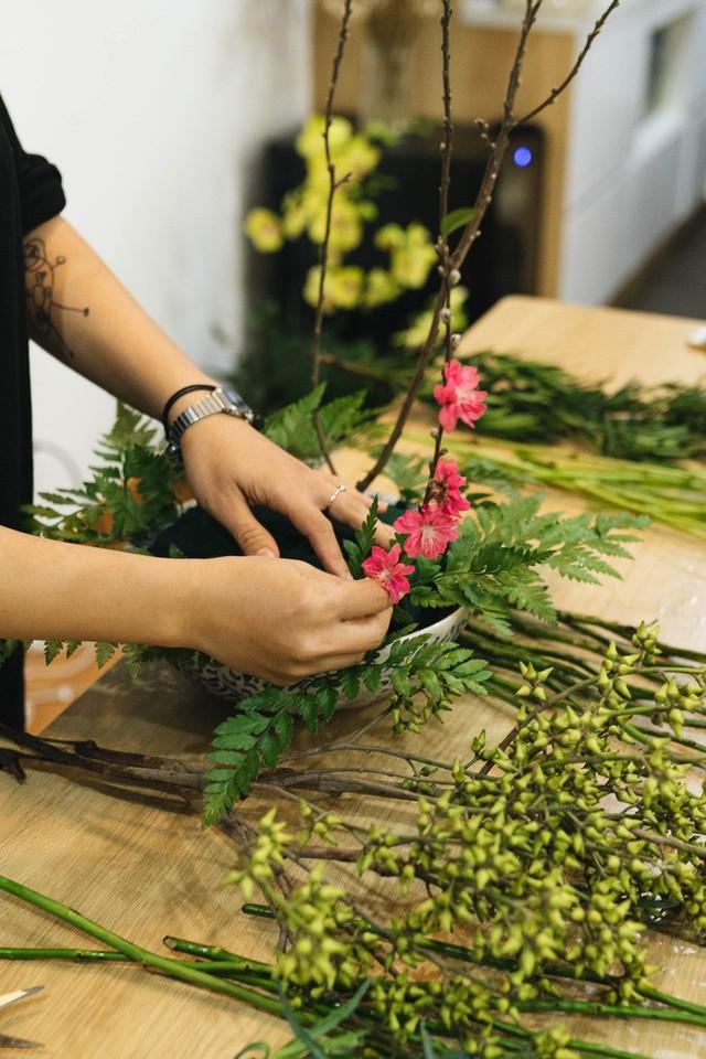 Mẹ 8x Hà Nội hướng dẫn 3 cách dùng hoa truyền thống, giá dưới 500 ngàn để trang trí nhà đón Tết - Ảnh 5.