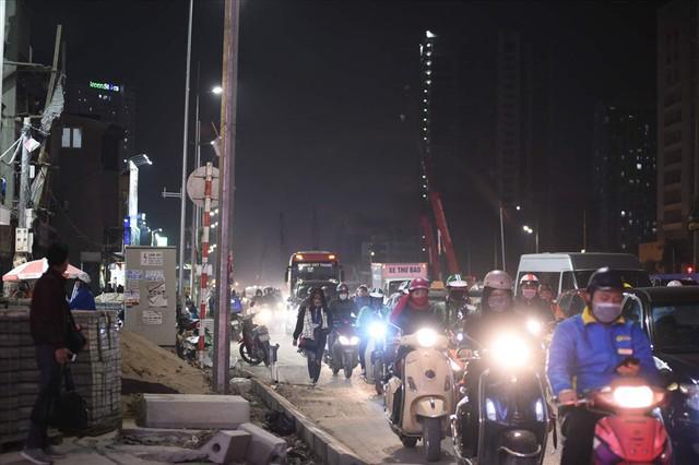 Nhà siêu mỏng chen nhau mọc lên trên đường Phạm Văn Đồng - Ảnh 1.