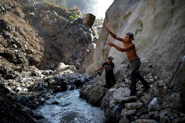 Cuộc sống cơ cực của những người chuyên đi bới rác ở Guatemala - Ảnh 2.