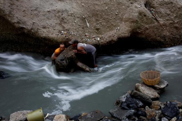 Cuộc sống cơ cực của những người chuyên đi bới rác ở Guatemala - Ảnh 3.